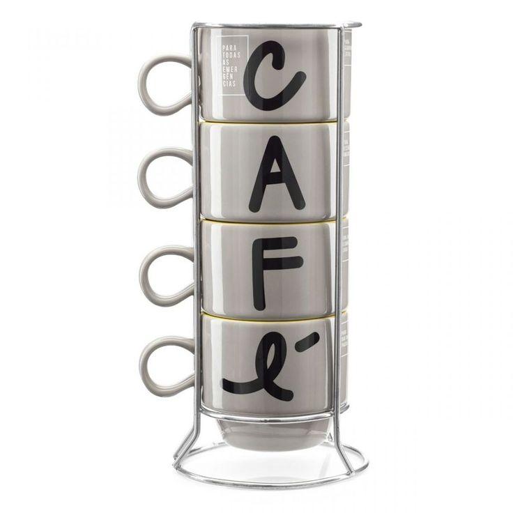 Um conjunto com 4 xícaras para você receber os amigos em casa para um cafezinho, ou usar no escritório para dar uma pausa com um toque de humor.São 4 xícaras para usar em todas as emergências em que um café é necessário:Na segunda-feira para garantir a produtividade;Para receber os amigos com um café quentinho;Para uma reunião longa e não cair no sono;Ou simplesmente para uma pausa e um descanso antes de voltar para o trabalho.O conjunto vem com um suporte, assim as xícaras podem ficar…