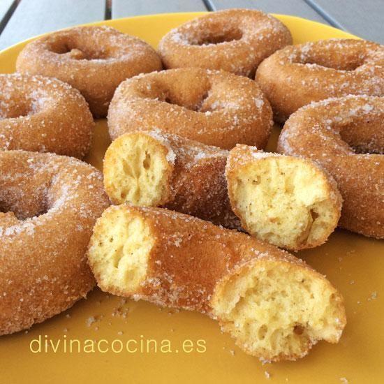 Estas rosquillas de limón se pueden preparar también al horno. Colocándolas en una bandeja con papel satinado de hornear engrasado en aceite.