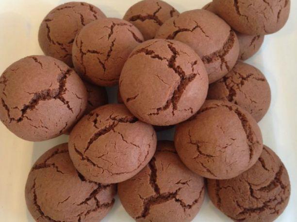 Ingrédients: Nutella – 180g Farine – 150g Oeuf – 1 Préparation : Versez la farine dans un saladier. Ajoutez l'œuf et le nutella. Commencez à travailler avec la fourchette puis avec les mains. Formez des petites boules et disposez-les sur une plaque recouverte de papier sulfurisé. Aplatissez légèrement les biscuits avec le dd'une fourchette et …