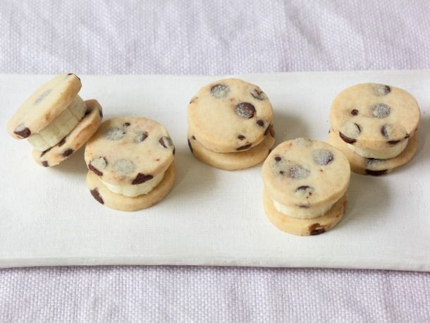 A chocolate chip cookie recipe to try with banana buttercream: Jenny Mccoy, Chocolates Chips Cookies, Sandwiches Cookies, Food, Chips Sandwiches, Bananas Chocolates Chips, Bananas Chips, Sandwiches Recipe, Banana Chocolate Chips