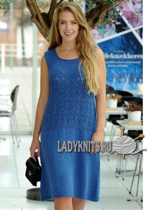 Вязаное спицами женское платье с ажурной вставкой
