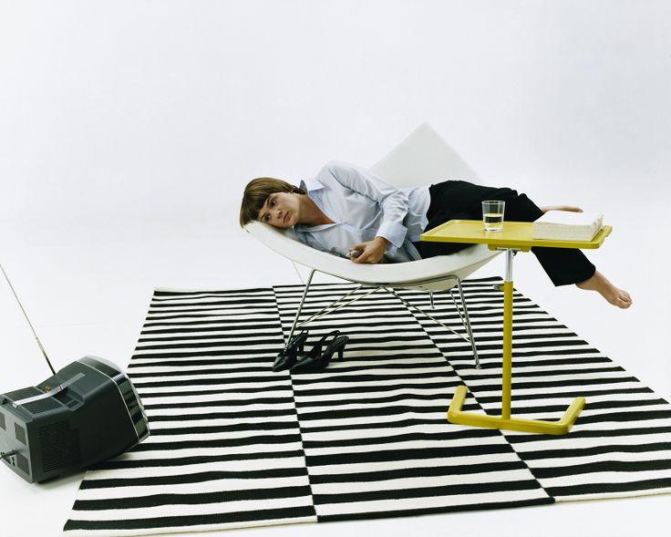 Coconut chair Vitra, design George Nelson. Accogliente e confortevole, in questa poltrona si sta in libertà, in qualsiasi posizione. L'interno è in tessuto o in pelle; il guscio bianco è rinforzato con fibra di vetro