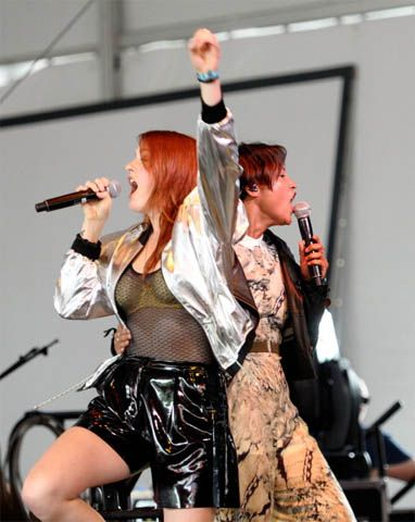 Icona Pop rocks the stage with the punky street-style ensembles