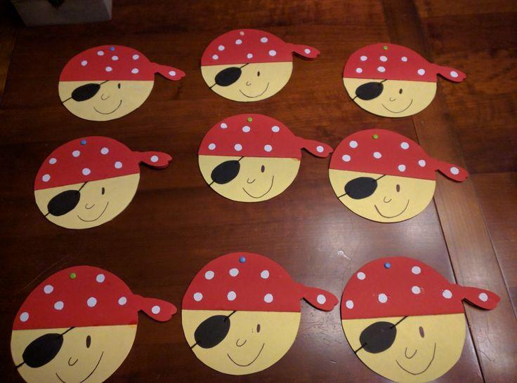 Uitnodigingen voor een piratenfeestje. Informatie over het feestje staat aan de binnenkant van de muts.