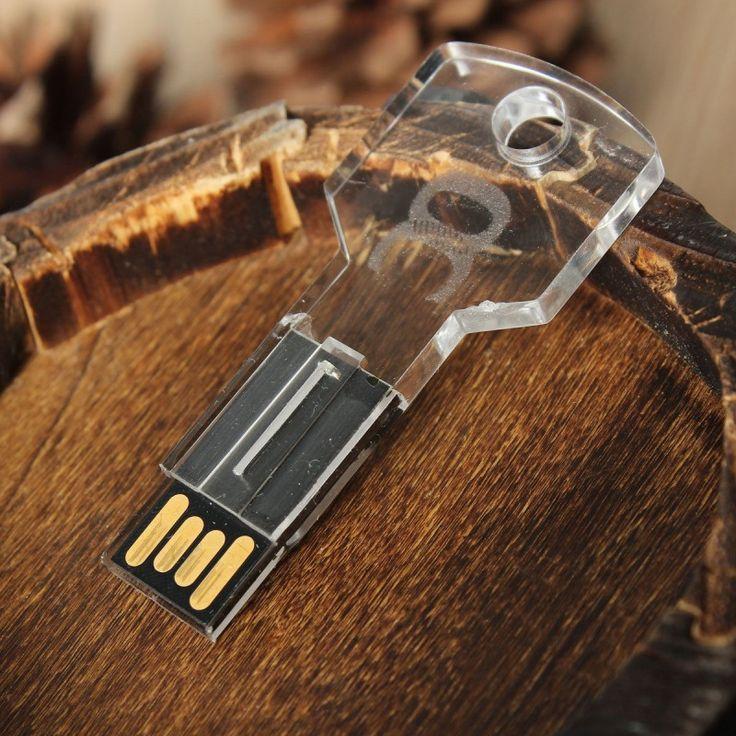 Pen drive personalizado USB en forma de llave, fabricado en metacrilato, especial para grabado láser interno que resalta mediante luz LED.