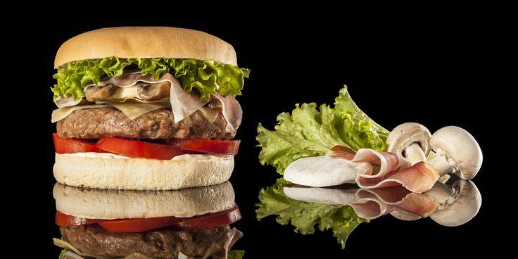 RED MOUNTAIN - Hamburger Gourmet 200 grammi di hamburger di manzo cotto alla griglia, speck di Sauris, funghi champignon, lattuga, tomino, paté di lardo di Colonnata, pomodoro fresco, formaggio Montasio e mayonese al pepe verde