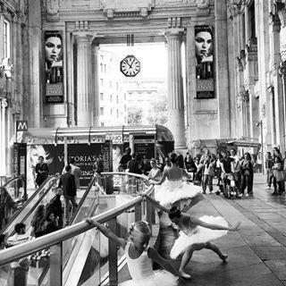 barriti_di_passaggio A spasso di #danza. #milano #milan #Italy #loveitaly #stazionecentrale #stazionecentralemilano #lombardia #ballerine #tutù #plié #dancing #blackandwhite #metro #stazione #sbarra