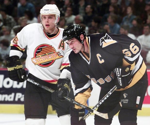 Mario Lemieux and Pavel Bure get ready for a faceoff. Two of the best scorers in NHL history. #NHL #Hockey