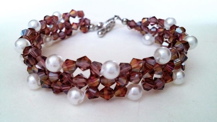 How to make a bracelet with bicone beads and pearl beads. Easy beading pattern for beginners