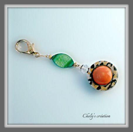 porte clés ou bijou de sac en métal doré perle en verre et perle porcelaine : Porte clés par chely-s-creation
