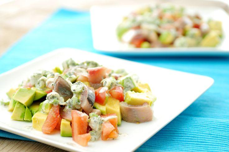 In dit haringsalade recept gebruiken we avocado, tomaat en een frisse dressing van citroensap, crème fraîche, koriander en een bosuitje. De frisse dressing maakt van deze voedzame salade een heerlijke zomerse salade met veel smaak van verse en gezonde producten.