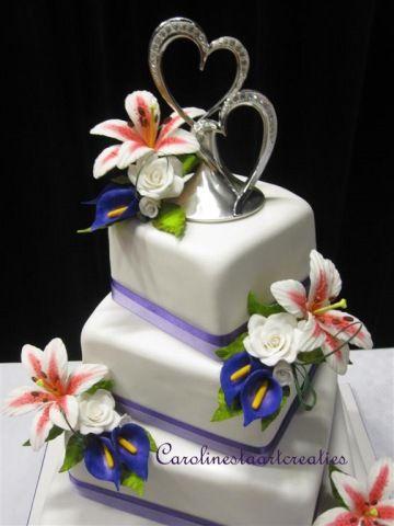 Bruidstaart met lelies en calla's en kleine roosjes