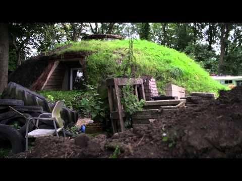 Robert bouwt in zijn achtertuin een wel heel bijzonder tuinhuis. Met afgedankte materialen, zoals autobanden, puin en hout ontstaat langzaamaan een onaards hutje. Zoals hij het zelf noemt: een Hobbithuis. Hier wonen geen Hobbits. Maar wat niet is kan nog komen...   Hornbach