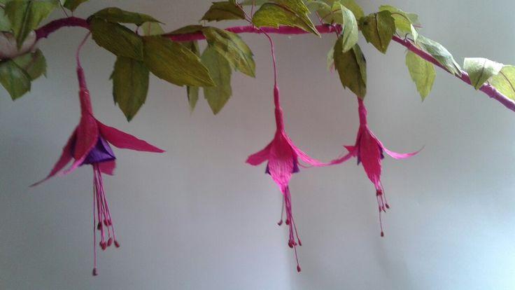 Chilco , flor nativa de Chile elaborada en papel .