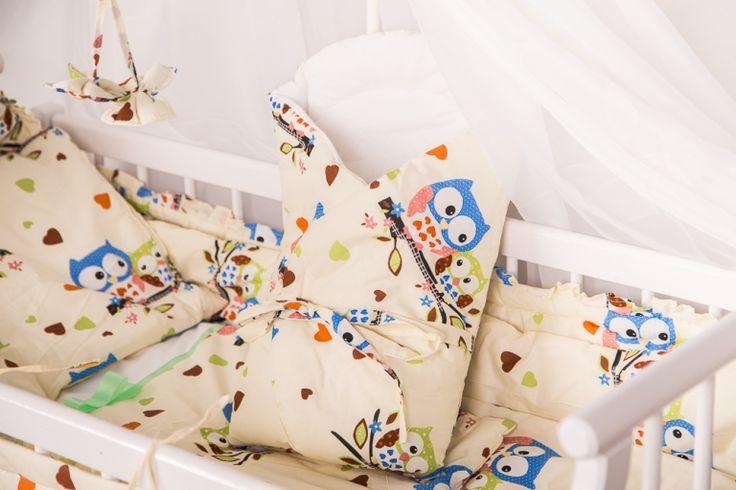 Duży zestaw wyprawkowy do sypialni niemowlaka: poduszka i kołderka wraz z pasującymido nich poszewkami i akcesoriami z tego samego materiału.
