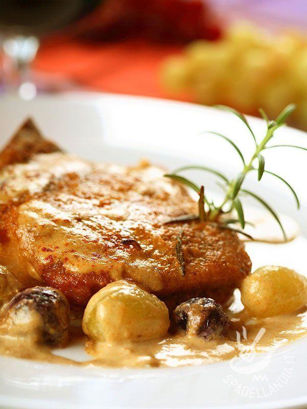 Pork Medallions with Gorgonzola - I Medaglioni di maiale con uva e salsa di formaggio sono molto appetitosi, e soprattutto originali, con il loro mix agrodolce tutto da sperimentare! #medaglionialgorgonzola