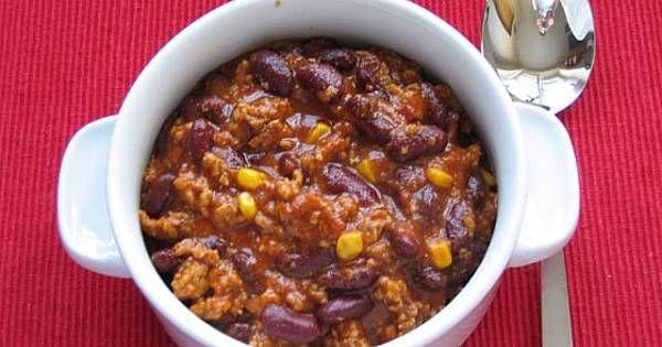Mieso podsmazyc na oliwie z cebula i czosnkiem, a nastepnie poddusic z chili, papryka, przecierem pomidorowym i cayenn. Zalac rosolem, dodac liscie laurowe i pomidory z puszki (wraz z sokiem) i gotowac pod przykryciem jakies 15-20 minut. Na koniec dodac fasole i kukurydze i pogotowac jeszcze 2-3 minuty. Doprawic sola