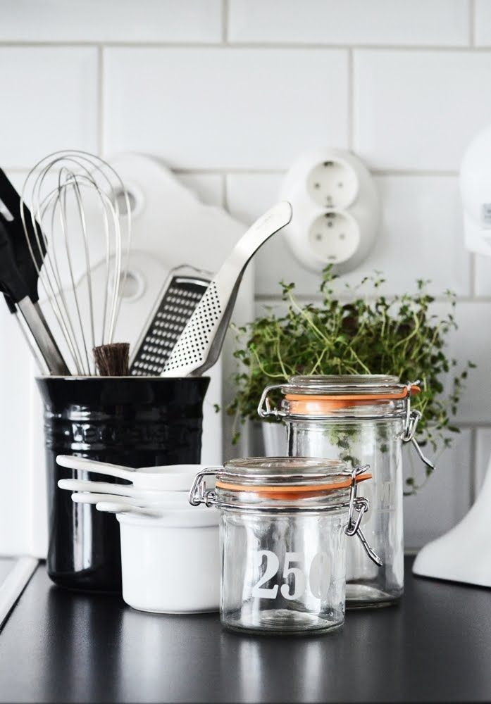 Nice details - from subway tiles to shiny black countertop, greenery and the pairfait jars :)