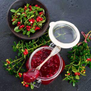 Gravad lax är gott vid bland annat jul eller påsk. Här är ett enkelt och snabbt recept med salt, socker och dill som smakar underbart med en hovmästarsås.