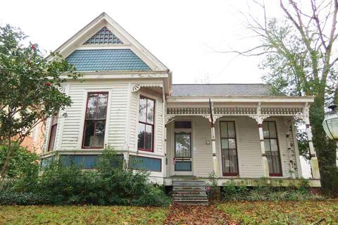 This 85k Mississippi Cutie Is Our Current Fixer Upper Obsession Fixer Upper Old Houses For Sale Real Estate