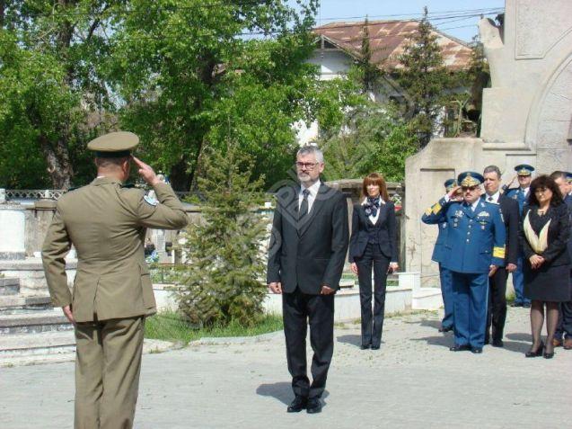 FOTO - Sublocotenentii Iulian Dumitrescu si Adrian Vizireanu ucisi in mai 2016 in Kandahar - Afganistan, au fost comemorati sambata la Buzau alaturi de oficialitati si apropiati