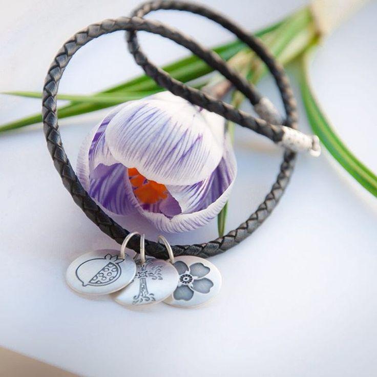 Браслет MAYRIK Armenian jewelry с серебряными подвесками. 💎Браслет: плетеная кожа, серебряные застежки с чернением. 💎Подвески незабудка, гранат и хачкар: серебро с чернением, вес каждой 2 гр., диаметр 16 мм. Стоимость: - Браслета с одной подвеской - 2690 р. - Браслет с двумя подвесками - 3890 р. - Браслет с тремя подвесками - 5090 р. - Подвеска (без браслета) - 1590 р. 💈ДОСТАВКА: Россия и СНГ 💈ОПЛАТА: Карта Сбер, Юнистрим, Вестерн Юнион 💈ЗАКАЗ и консультация в…