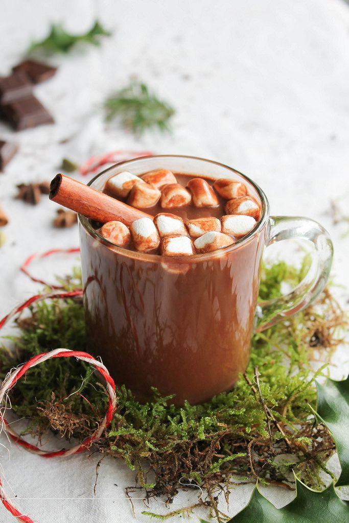 Chocolat chaud aux épices de Noël - Ingrédients : 400 ml de lait végétal, 70 g de chocolat noir, 2 c. à soupe de poudre de cacao, des minis marshmallows...