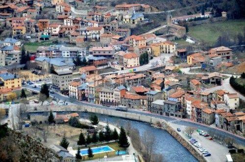 MARTINET DE CERDANYA.  Vendo edificio de piedra con 4 pisos de habitaciones, y bajos con comedor y cocina, amueblado y equipado como pensión, tiene luz agua, calefacción, permiso de habitabilidad para uso turístico. Hay que hacer reformas. Está en el pueblo de Martinet de Cerdanya, a pie de las montañas de Cadí, cerca de las pistas de esquí de Lles (9km), a 25 km de Andorra. Estupendo pueblo sin ningún hotel ahora abierto, haciendo mucha falta.