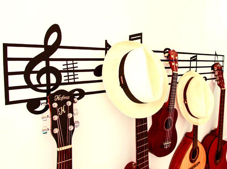 PARTITURA QUE DÁ O GANCHO | ideia charmosa para quem precisa de um local  para pendurar os instrumentos musicais: basta aplicar o adesivo de parede e fixar alguns ganchos! #TecnisaDecor #DiadoMúsico #Inspire-se #Tecnisa Foto: CasaAberta