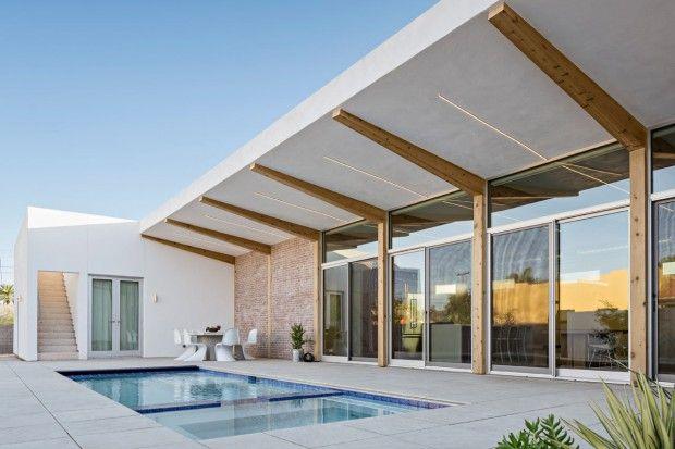 Dans le quartier historique de Willo District à Phoenix, The Ranch Mine a conçu une maison moderne qui, à la fois, embrasse et échappe au soleil et à la vi