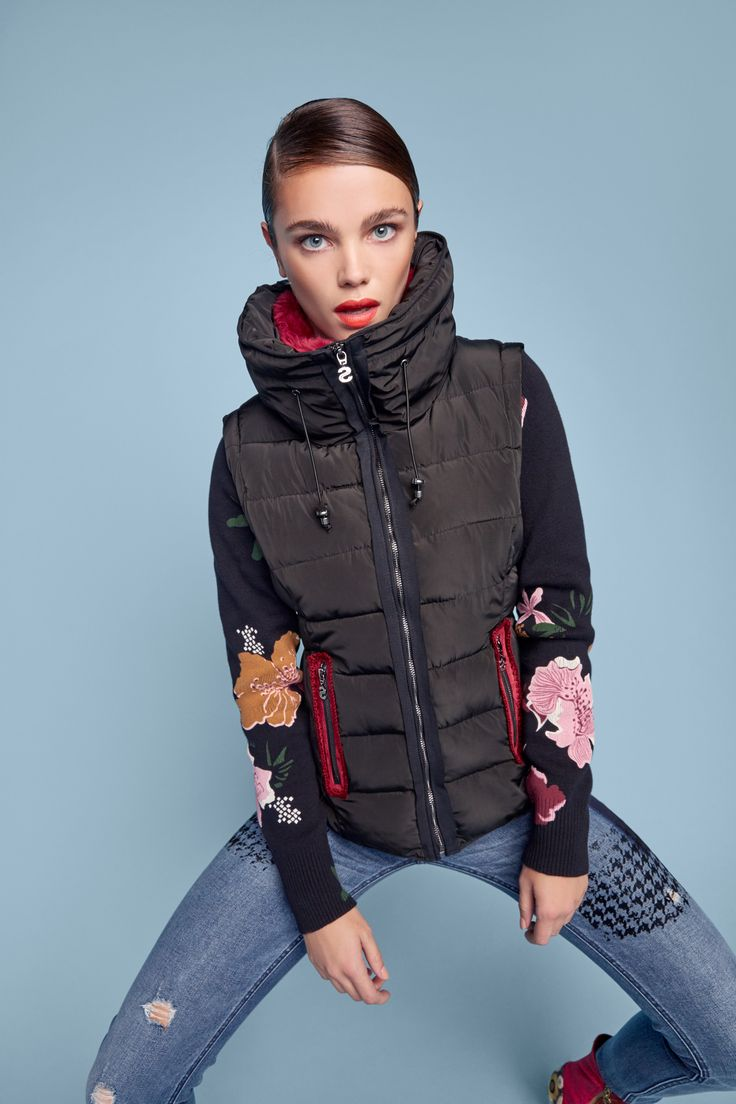 Two-tone jacket with an optical effect print and sporty sleeves in three colors. It has soft faux fur along the collar – and it turns into a vest!