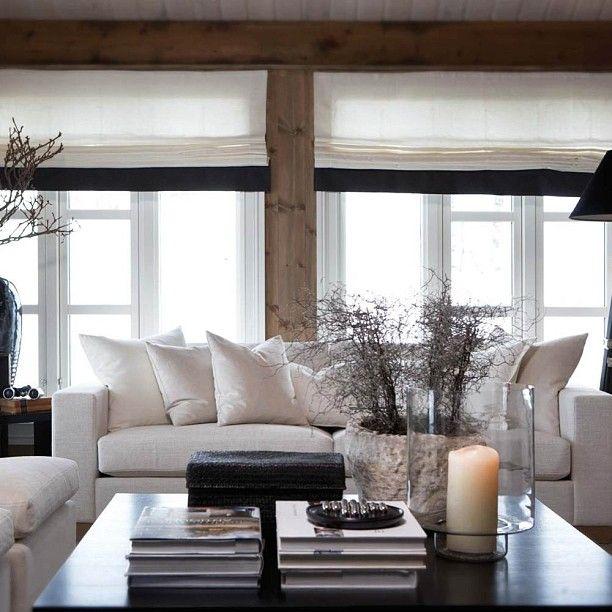 Hvit sofa er kanskje ikke det mest praktiske på hytta, men vakkert er det. #hytte #inspirasjon #slettvoll #strandafjellet #sunnmørsalpene #design #helenehennie #Padgram