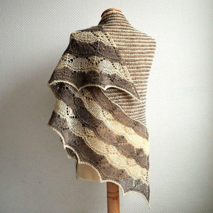 De Bichorme shawl is een tweekleurige shawl met een prachtige ajour rand. Een ontwerp van La Visch Designs. te breien van Moeke Yarns Elena in twee kleuren.