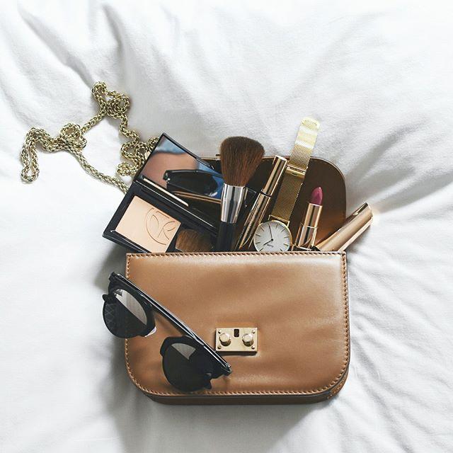 Handtaschencheck ☝ Wieviele Kosmetikprodukte sind denn so in Euren Handtaschen zu finden? Wir fangen mal an: also Puder, Handcreme, Lippenstift, Lippenbalsam, Nagelfeile, Mini-Mascara, noch ein Lippenstift und noch einer...   Danke an @littlefashionfox für dieses wunderschöne Foto   #handtaschenkontrolle #handbag #lipstick #mädchenkram #lippenstift #makeupaddict #schminksammlung #handtascheninhalt #bags