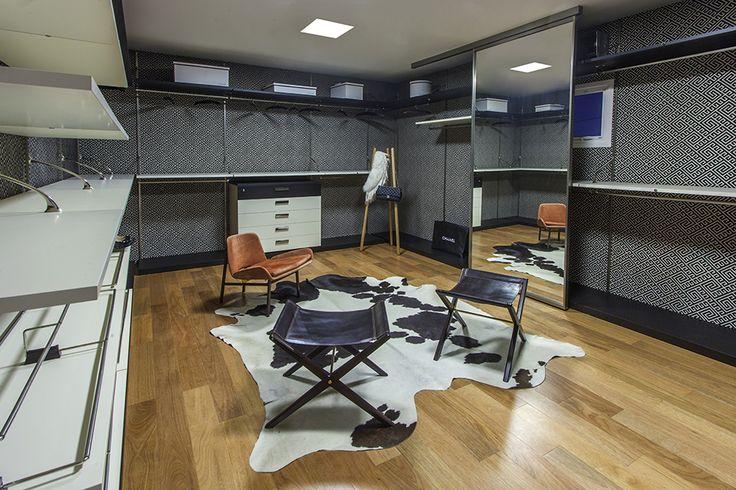 Você também sonha com um closet amplo e aberto, livre de portas e com facilidade para visualizar todos os pertences? Os arquitetos Giovanini e Dora Lettieri apostaram no mobiliário da S.C.A. para atender ao desejo de uma moradora de Brasília (DF). Que tal?