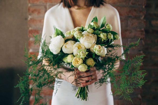 white organic bouquet http://weddingwonderland.it/2016/01/matrimonio-industriale-organico.html