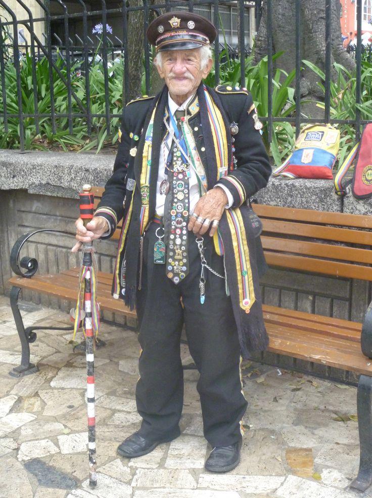 ☛Paleta de color: Colores neutros... ☛Negro: silencio... ☛Blanco: inocencia... ☛Ropa: Blazer, pantalón de lino, corbata con decoración de botones... ☛Detalles: Zapatos, bastón forrado con tiras de tela, anillos en plata, herrajes, llaveros y sombrero..