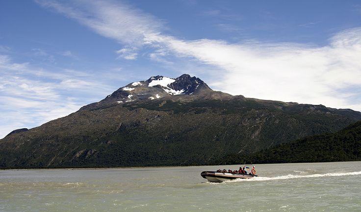 La belleza del Río Serrano! Ubicado en el Parque Nacional Torres del Paine, cuenta con una extensión de 38 km. y un caudal que permite la pesca deportiva, además de ser ideal para realizar caminatas de observación de flora y fauna, y por supuesto la realización de deportes náuticos.  Conoce más aquí! http://bit.ly/1hFEjRH