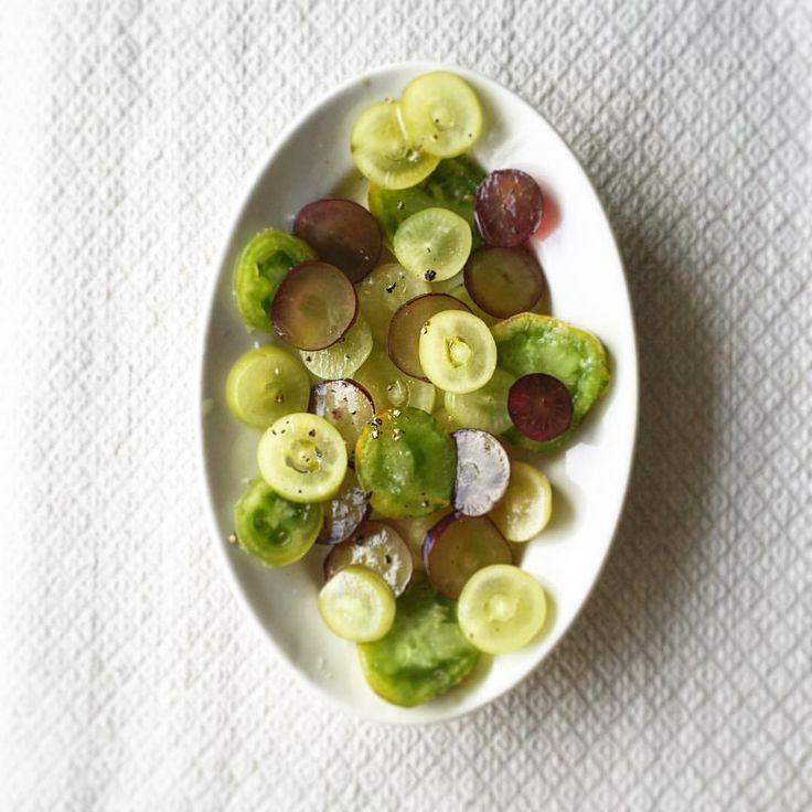 #長尾智子 #ベジマニア #Tomoko Nagao @vege_mania 「包丁を研いだ後のサラダは、薄切りが多くなる。 大粒のぶどうと小さなグリーンのトマトを薄切りにしてサラダに。 前もってトマトだけに塩をなじませ、軽いオリーブオイルと少しの黒胡椒。…」