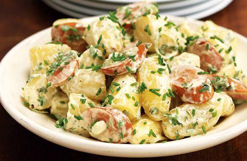 Ensalada alemana - 4 patatas grandes - 4 salchichas Frankfurt - 4 pepinillos pequeños - 1 cebolleta - 5 cucharadas de mayonesa - 1 cucharadita de mostaza antigua de dijon - 1 ramita de perejil - sal