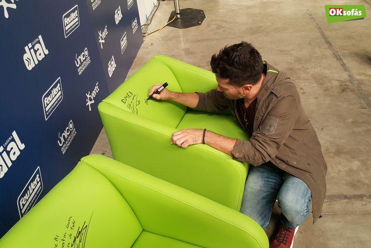 El cantante David DeMaria firmando una de las butacas de OKSofás. #butaca #sofás #daviddemaria #música