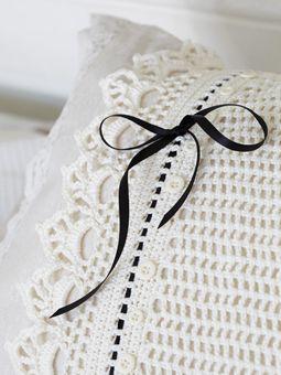 Capa de almofada em #croche com lacinho em fita de cetim, um charme!