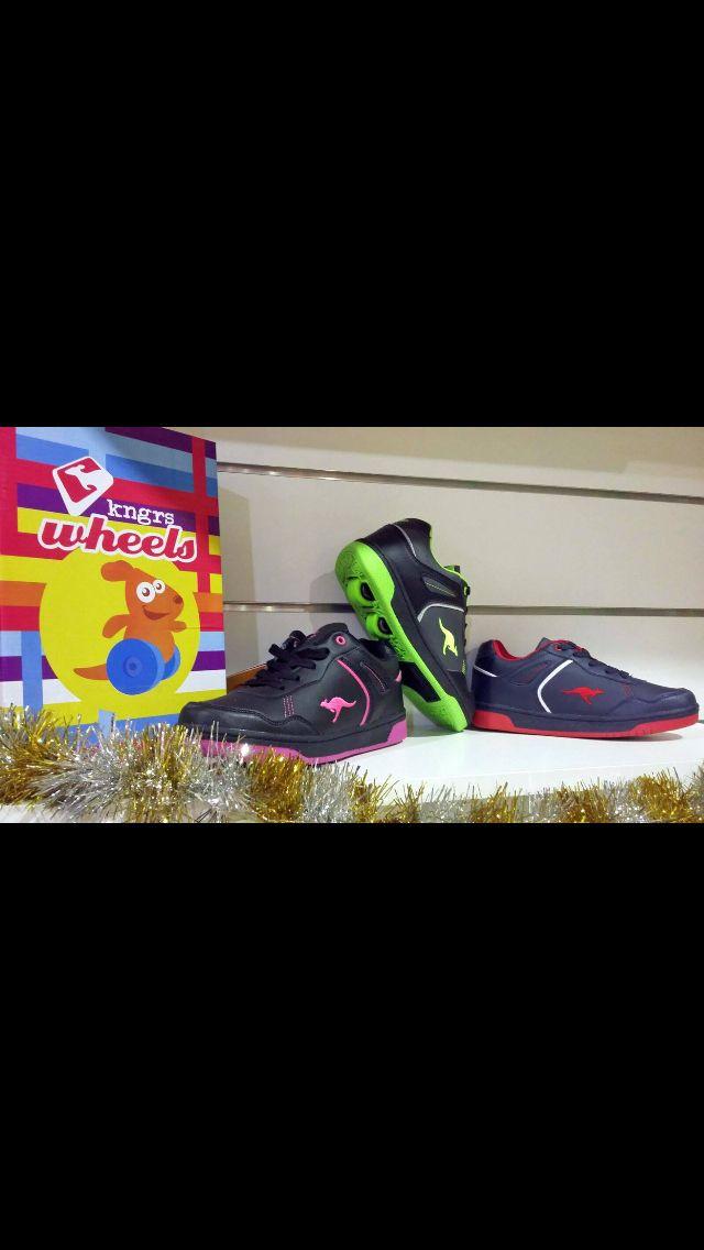 ¡Esta #Navidad #PapaNoel viene sobre ruedas con nuestras #roller XTI y KangaROOS! La sensación del momento para los peques, disponibles en Salvador Artesano. Zapatosparatodos.es.