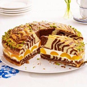 Musterknabe aus der Springform: So backt man einen super saftigen Zebrakuchen mit fruchtiger Zitronencreme-Aprikosen-Füllung.
