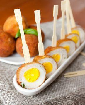 Такие яйца вы можете подать как горячую закуску на традиционном застолье или как холодную мини-закуску на шпажках на фуршете. Эффектнее всего они будут смотреться, если вы подадите их разрезанными пополам.Мы ели из и горячими, и холодными - в обоих случаях яйца оказались примерно одинаково вкусными.Ориентировочное время приготовления: 50 минутИнгредиенты на 12 штук:12 перепелиных яиц300 г [...]