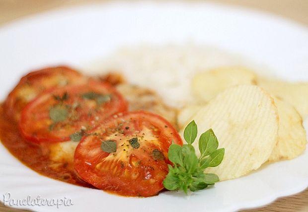 Eu imagino que o nome dessa receita seja porque leva queijo, molho de tomate, orégano. É uma antiga conhecida minha. Já vi em restaurantes, no site da Nestlé, Edu Guedes, enfim, é uma receita…