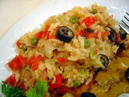 Pentru ca orezul fierbe imediat, este ideal de gatit cand temperaturile sunt mari si trebuie sa preparam ceva rapid. Pilaf de post cu masline si mazare