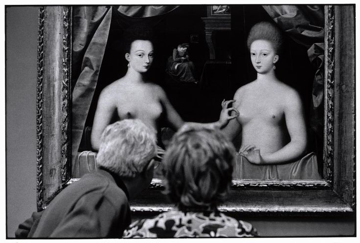 Elliot Erwitt. FRANCE. Paris. 1975. On the painting, Gabrielle d'Estrees (mistress of Henri IV) and her sister, the duchess of Villards. Anonymous, Ecole de Fontainebleau.
