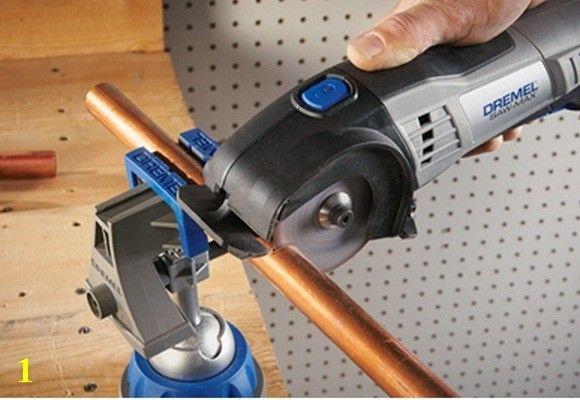 PASSO 1) Corte o tubo com o tamanho desejado. Neste caso, vamos cortar as nossas etiquetas com cerca de 10 cm. !! Sugestão: depois de cortar o tubo de cobre, achate a ponta com a ajuda de um torno ou um martelo.