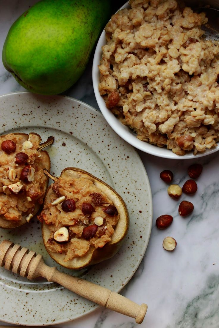 ZAPEČENÉ HRUŠKY S OVESNOU KAŠÍ                               Spousta receptů vzniká spojením jiných... Doma milujeme pečenou ovesnou kaši a stejně tak pečená jablka či hrušky plněné vším možným.....